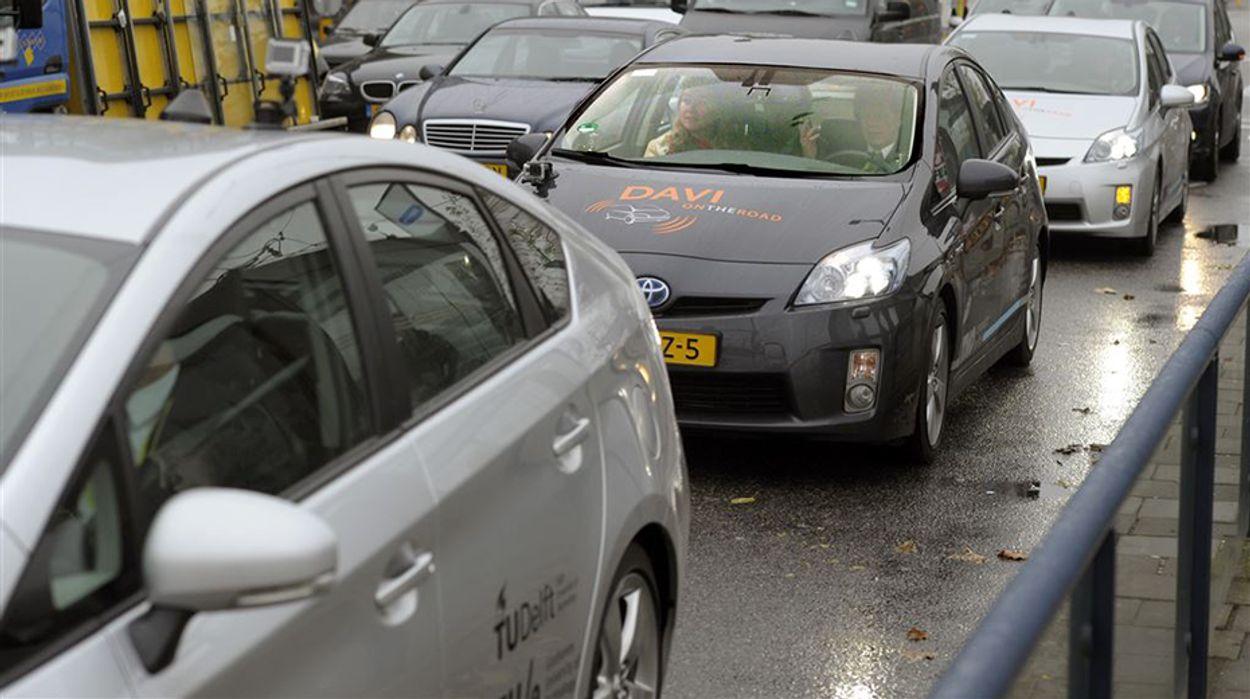 Afbeelding van Zaterdag in Kassa: Duizenden auto's met dagrijverlichting rijden zonder achterlicht