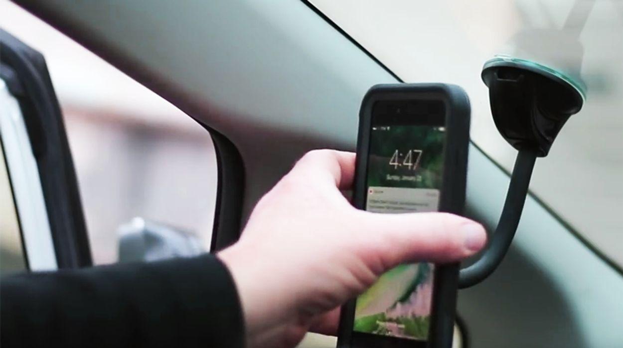 Afbeelding van Aanraken smartphone in houder mag tijdens autorijden