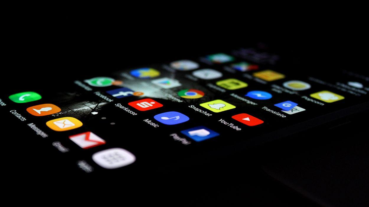 Afbeelding van Hoe pas je de scherminstellingen van jouw mobiel en laptop voor blauw licht aan?