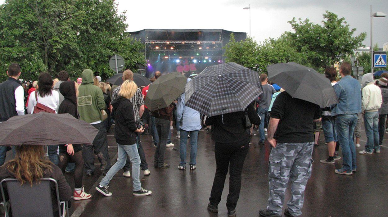 Afbeelding van 'Nederlanders op de vlucht voor de regen'