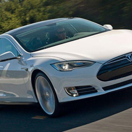 Afbeelding van Tesla duikt in rode cijfers om goedkopere Model 3 op markt te brengen