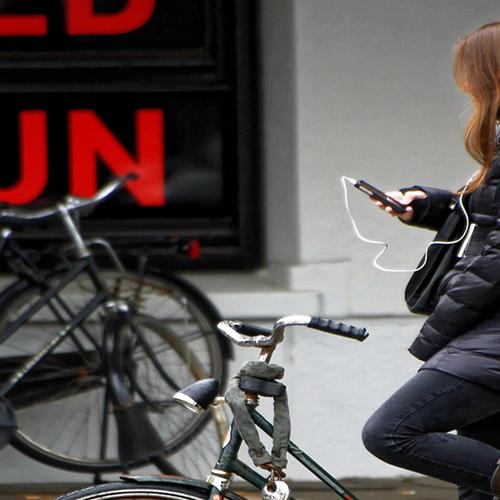 Afbeelding van Bellen en appen verboden voor fietsers